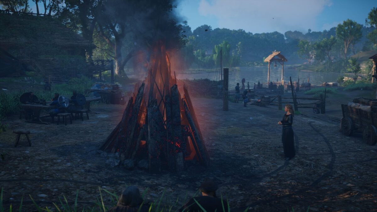 Lady Estrid steht in Assassin's Creed Valhalla am Lagerfeuer.