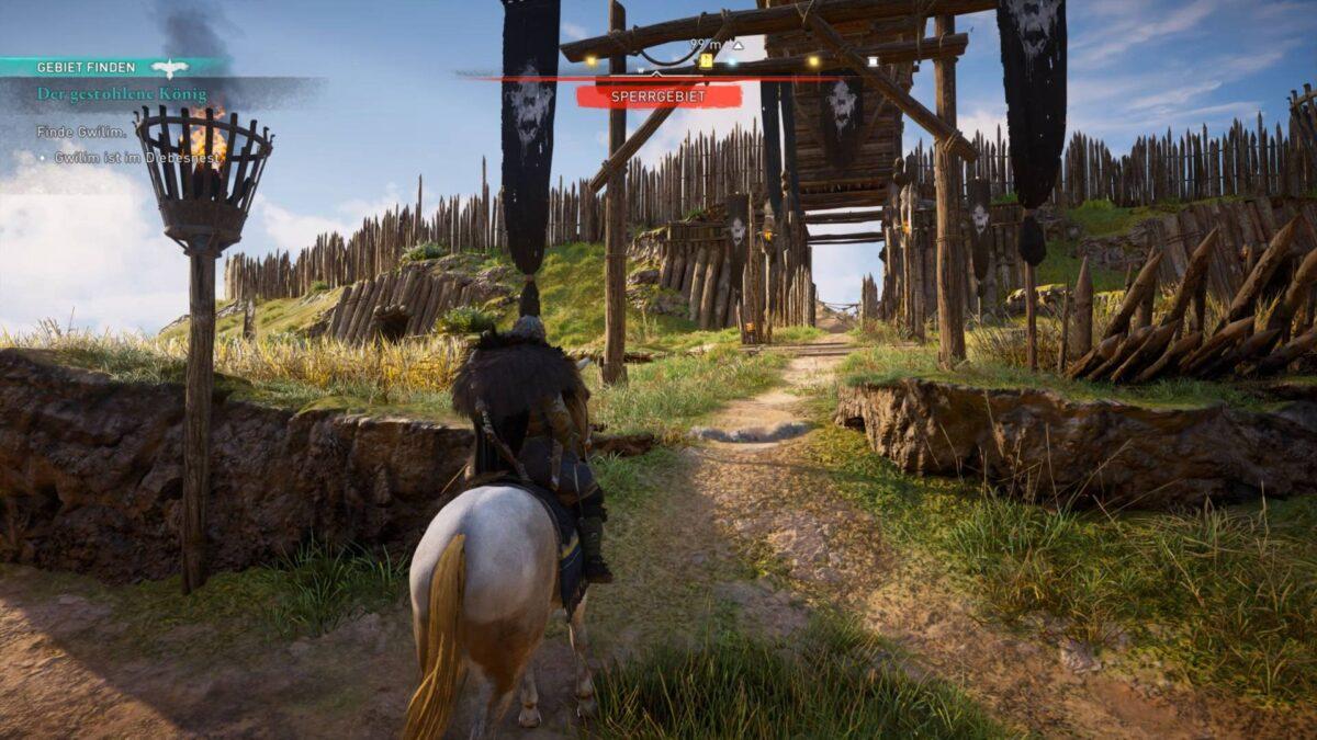 Wikinger Eivor reitet in Assassin's Creed Valhalla auf ein Räuberlager zu.