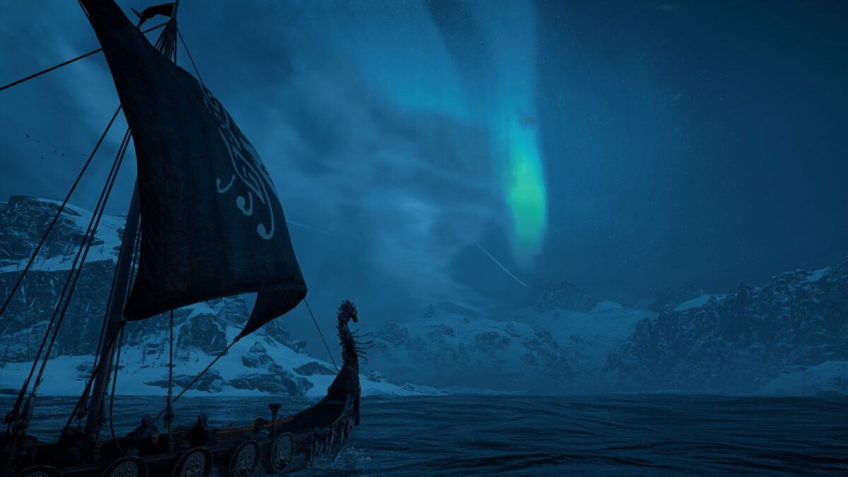 Ein Wikinger-Langschiff in Assassin's Creed Valhalla segelt durch die Meere in Nordvege.