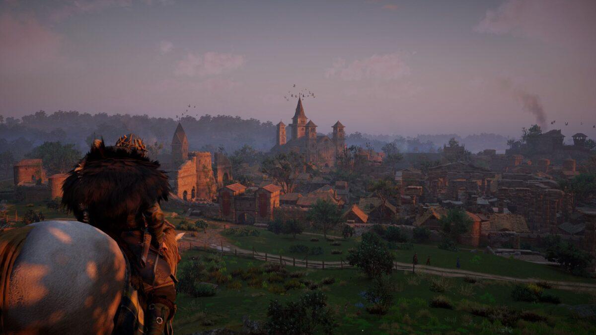 Wikinger Eivor reitet auf die Stadt Wincaester in Assassin's Creed Valhalla zu.