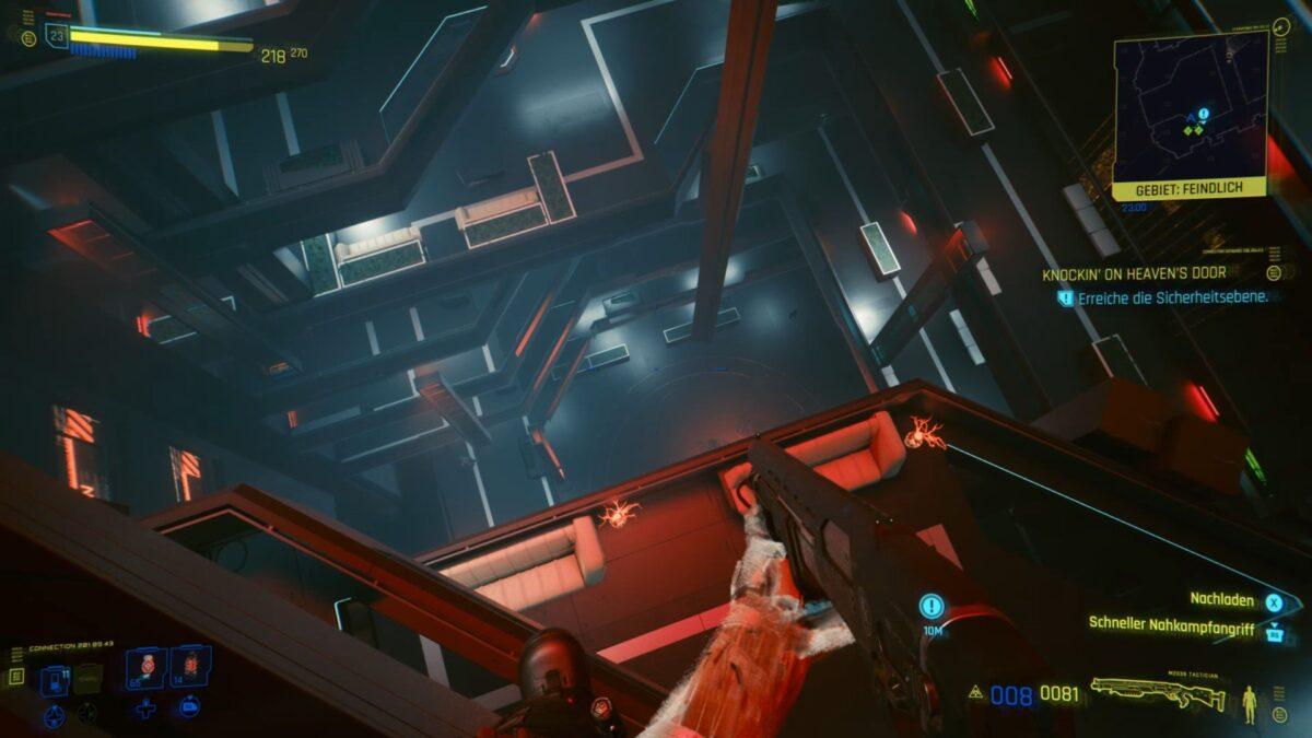 V steht vor einem tiefen Sprung zur Sicherheitsebene im Arasaka Tower in Cyberpunk 2077.