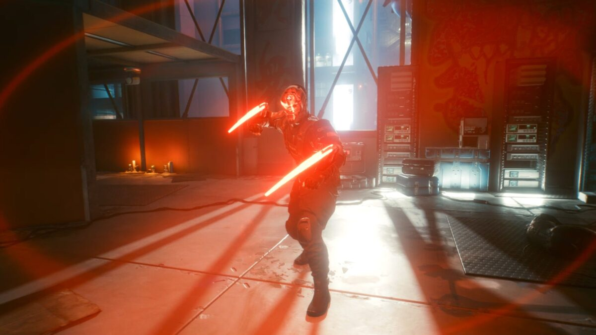 Sandayu Oda steht in Cyberpunk 2077 mit gezückten rot leuchtenden Mantisklingen zum Kampf bereit.