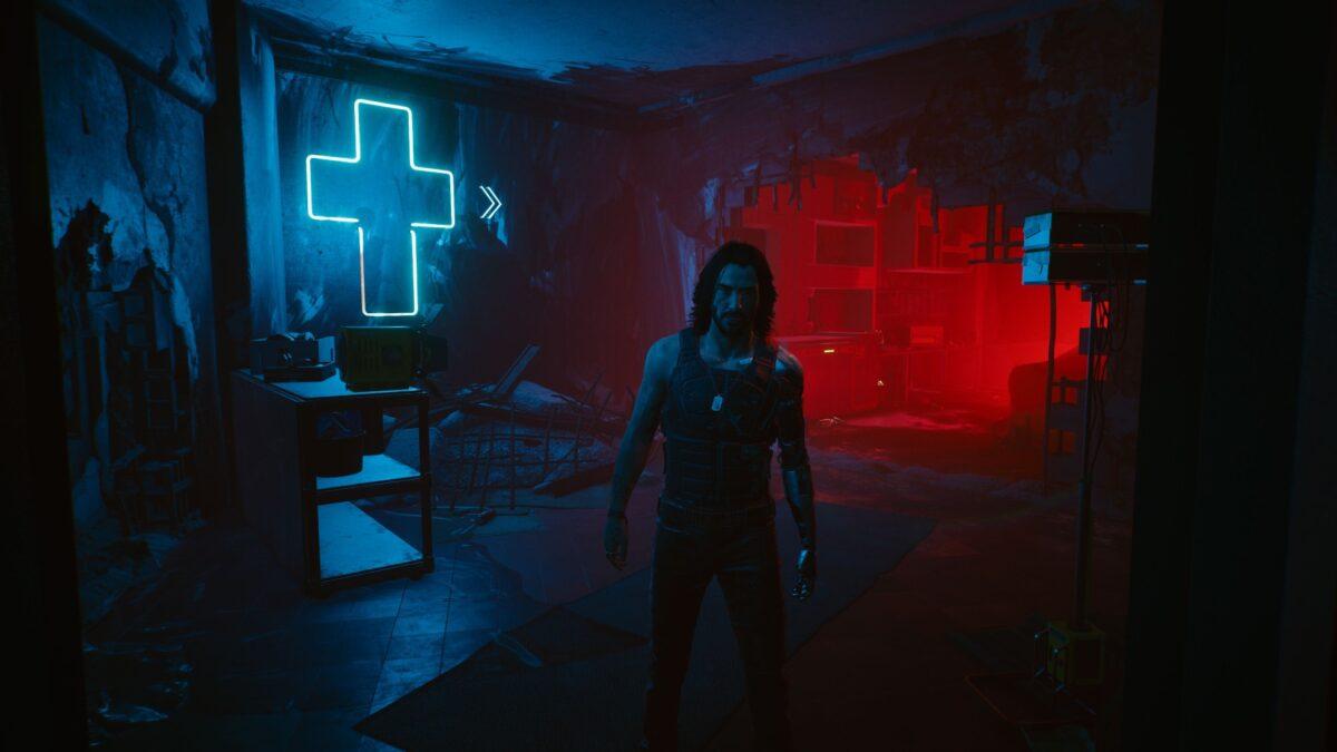 In einem verlassenen Wohngebäude versucht Johnny Silverhand V in Cyberpunk 2077 zur Flucht zu überreden.