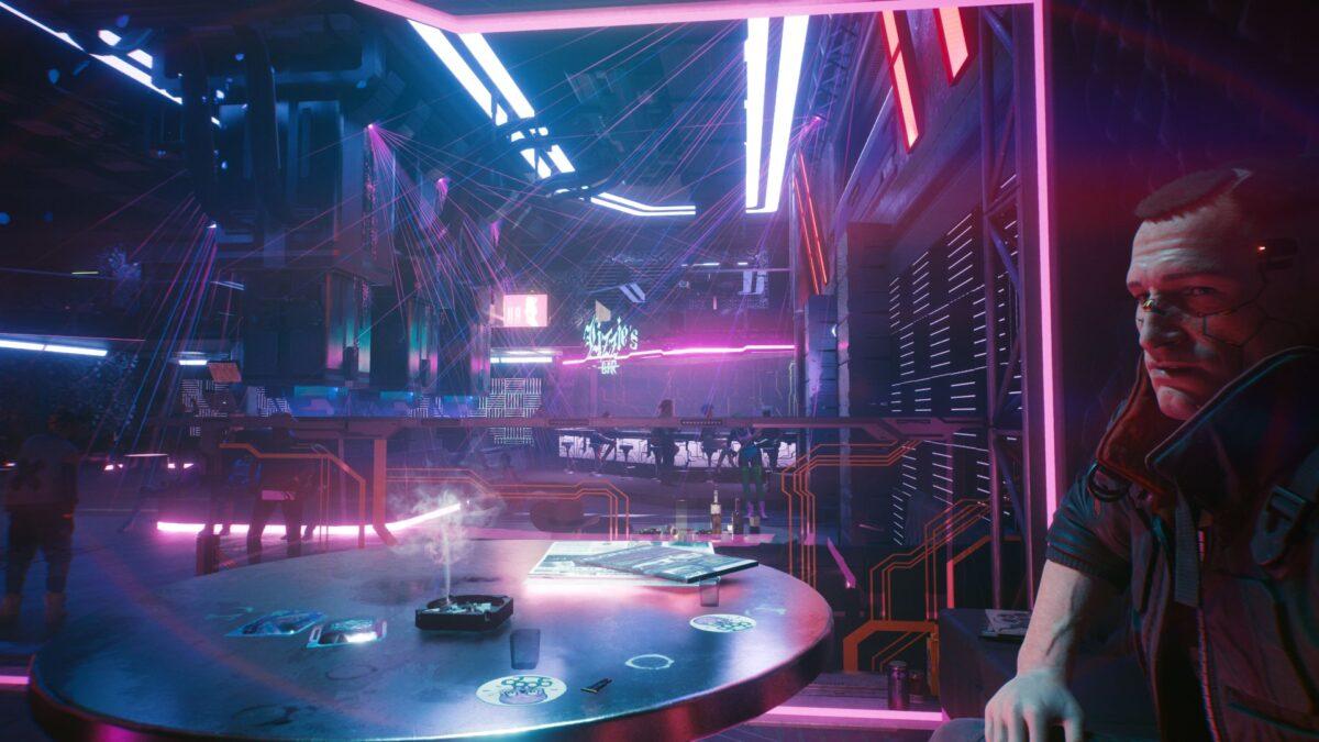 V spricht in Cyberpunk 2077 mit Jackie Welles in Lizzie's Bar.