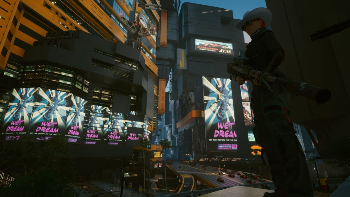 V mit dem Scharfschützengewehr Overwatch im Stadtzentrum von Night City in Cyberpunk 2077