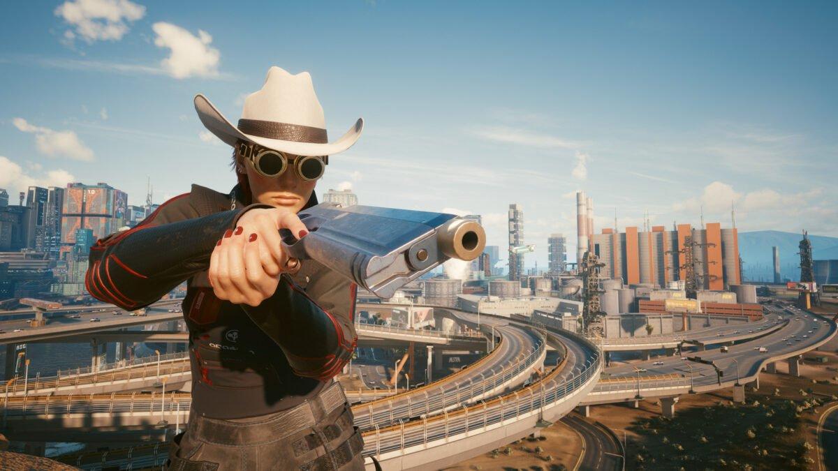 V mit der Waffe Pride vor der Skyline von Night City in Cyberpunk 2077