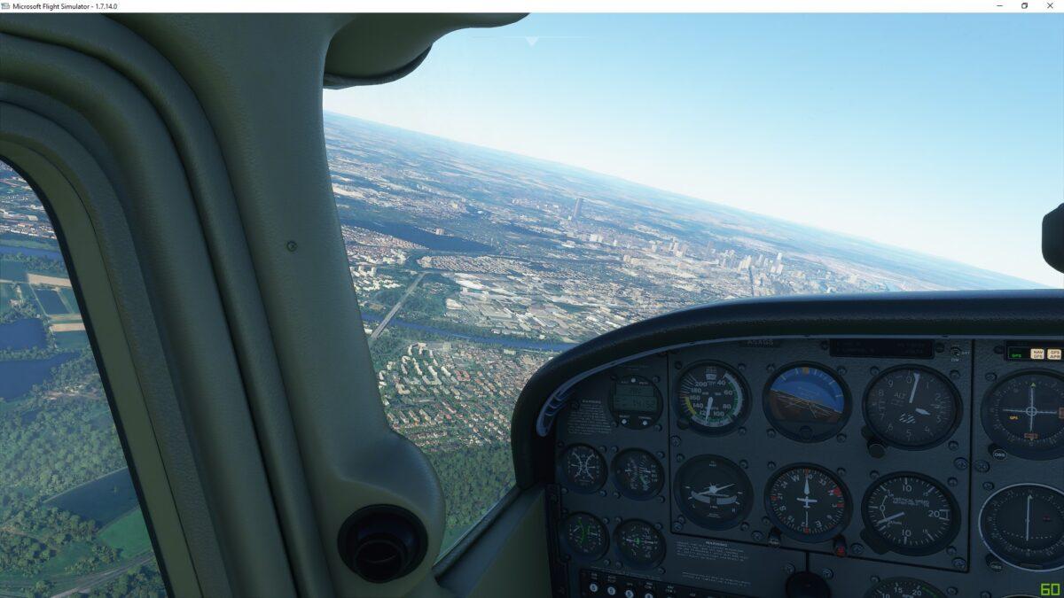 Blick leicht links aus dem Cockpit der fliegenden Cessna über die Frankfurter City im Flight Simulator 2020