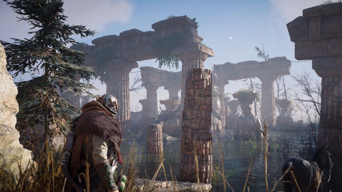 Eivor blickt in Assassin's Creed auf alte Säulen.