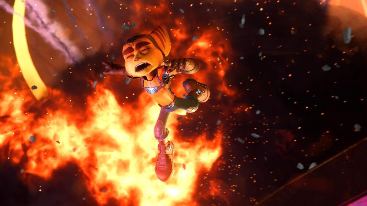 Ratchet entkommt einer Explosion im PS5-Spiel Ratchet & Clank: Rift Apart.
