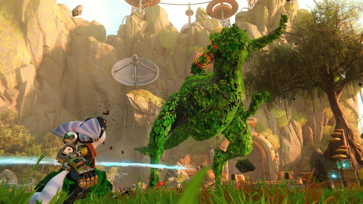 Ein Boss-Gegner im PS5-Spiel Ratchet & Clank: Rift Apart wurde mit dem Formschnittsprinkler in eine Hecke verwandelt.