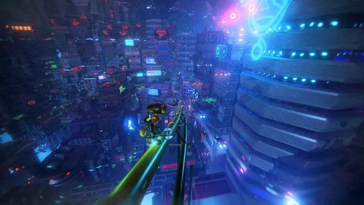 Ratchet gleitet auf einer Schiene durch Nefarious City im PS5-Spiel Ratchet & Clank: Rift Apart.