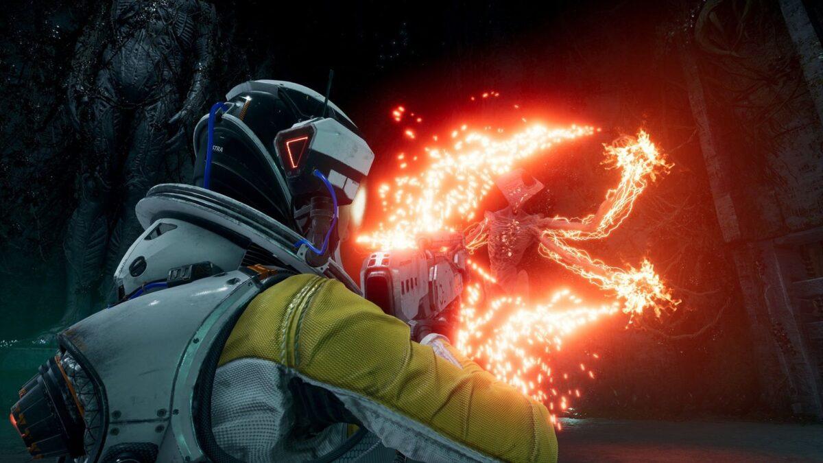 Astronautin Selene kämpft in Returnal gegen den Außerirdischen Boss Phrike.
