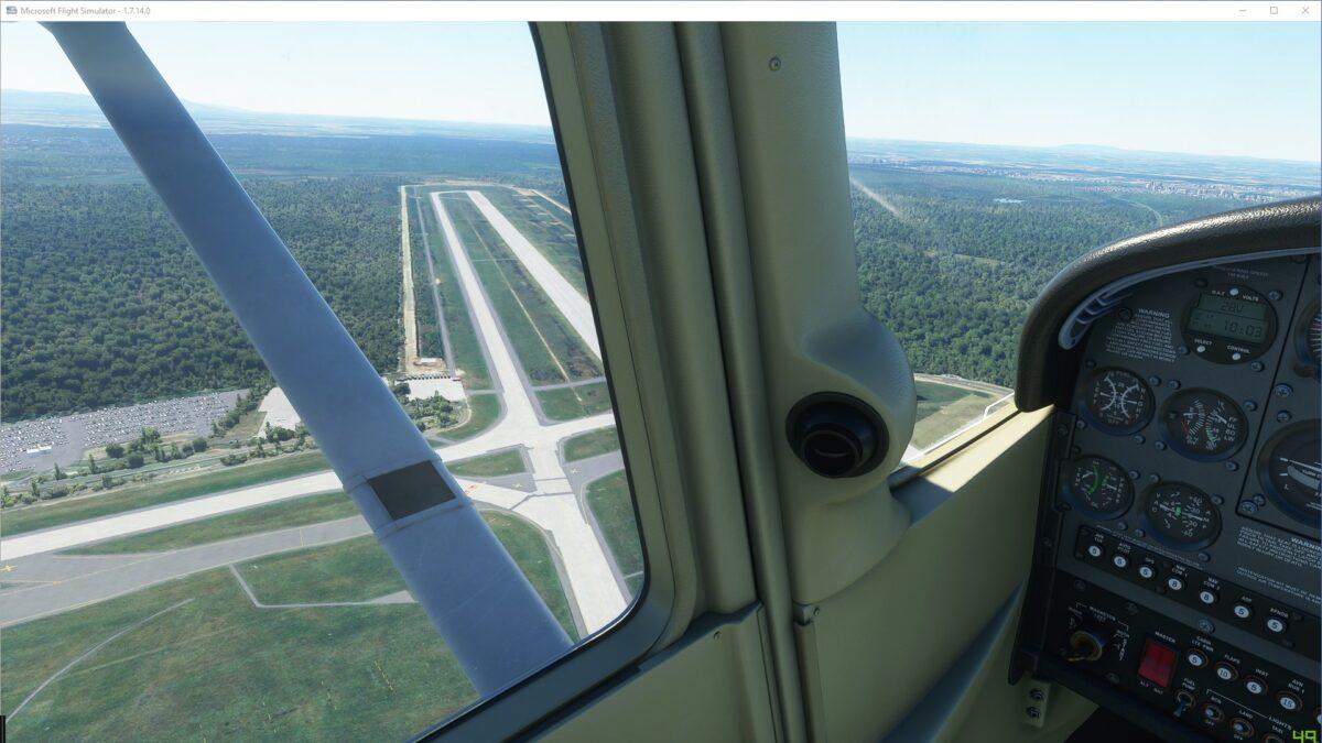 Blick aus der startenden Cessna auf die Startbahn West des Frankfurter Flughafens im Flight Simulator 2020