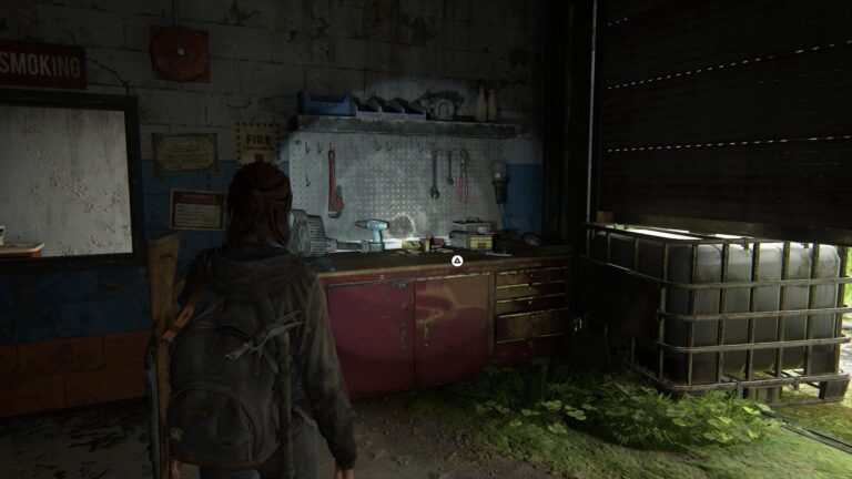 Ellie steht vor der Werkbank in der Tankstelle in Capitol Hill in The Last of Us 2