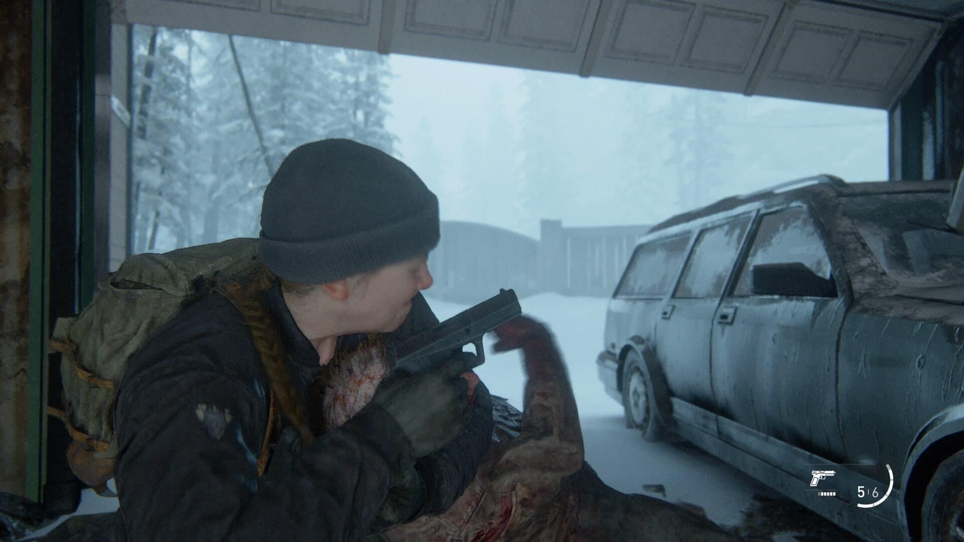 Eine Frau mit Mütze erwürgt einen Infizierten von hinten in einer Garage, in der ein altes Auto parkt.