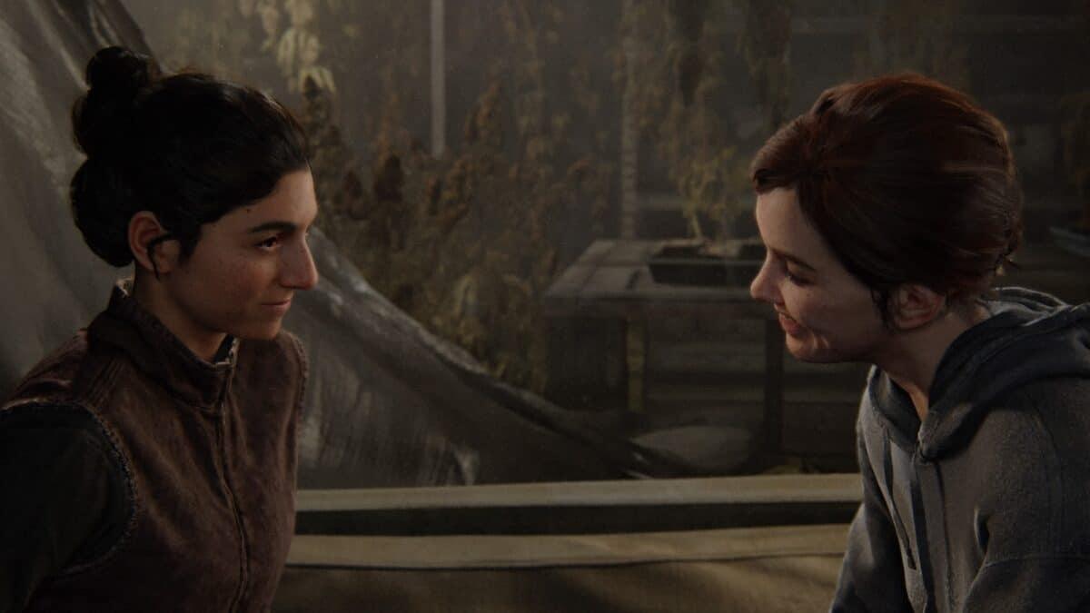 Zwei Frauen sitzen sich gegenüber und lächeln sich gegenseitig an.