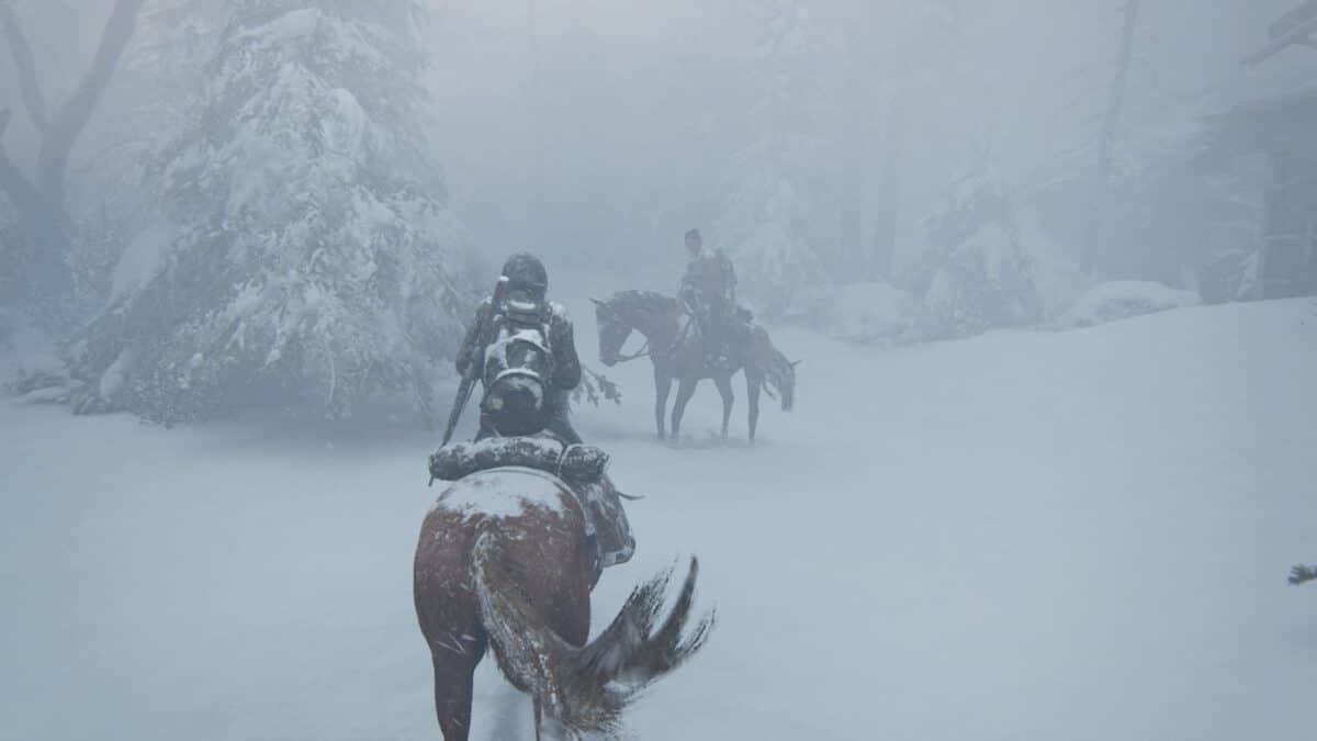 In dichtem Schneegestöber stehen sich zwei berittene Pferde gegenüber