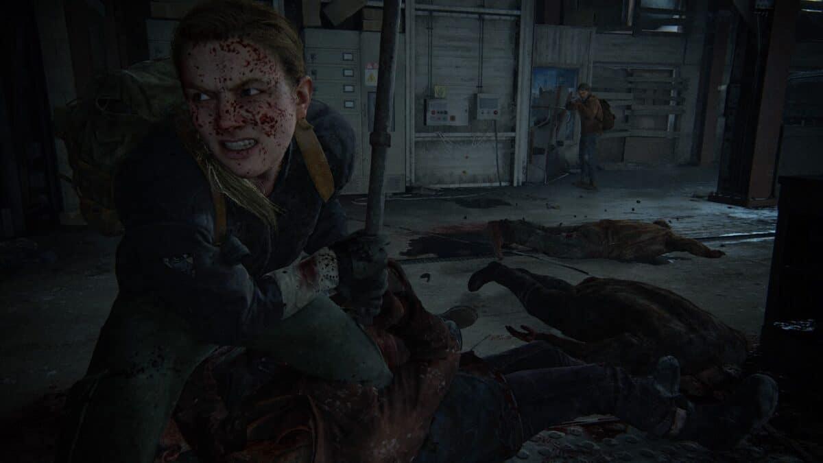 Abby steht über einem Berg Leichen mit einem Stahlrohr in der Hand (The Last of Us Part II).