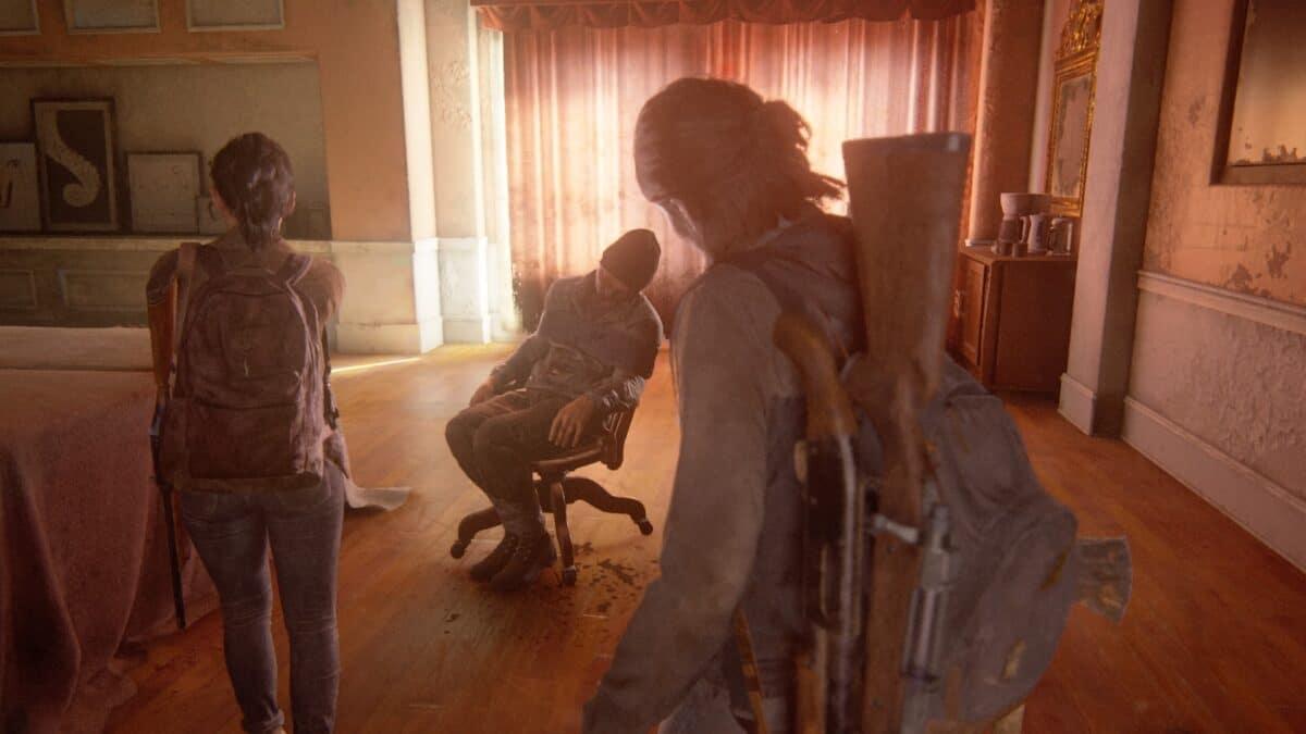 Ellie und Dina finden in einem abgedunkelten Hotelzimmer die Leiche eines WLF-Soldaten, die an einen Bürostuhl gefesselt ist.