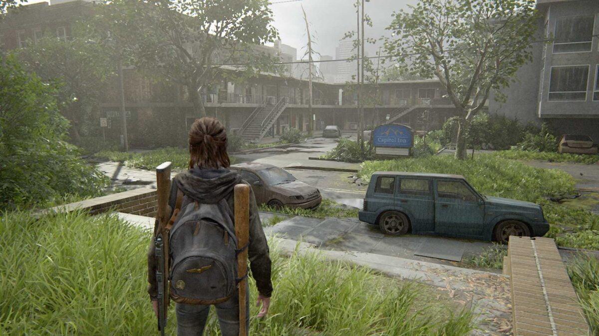 Ellie blickt in The Last of Us Part 2 auf eine verlassene Motel-Anlage namens Capitol Inn.