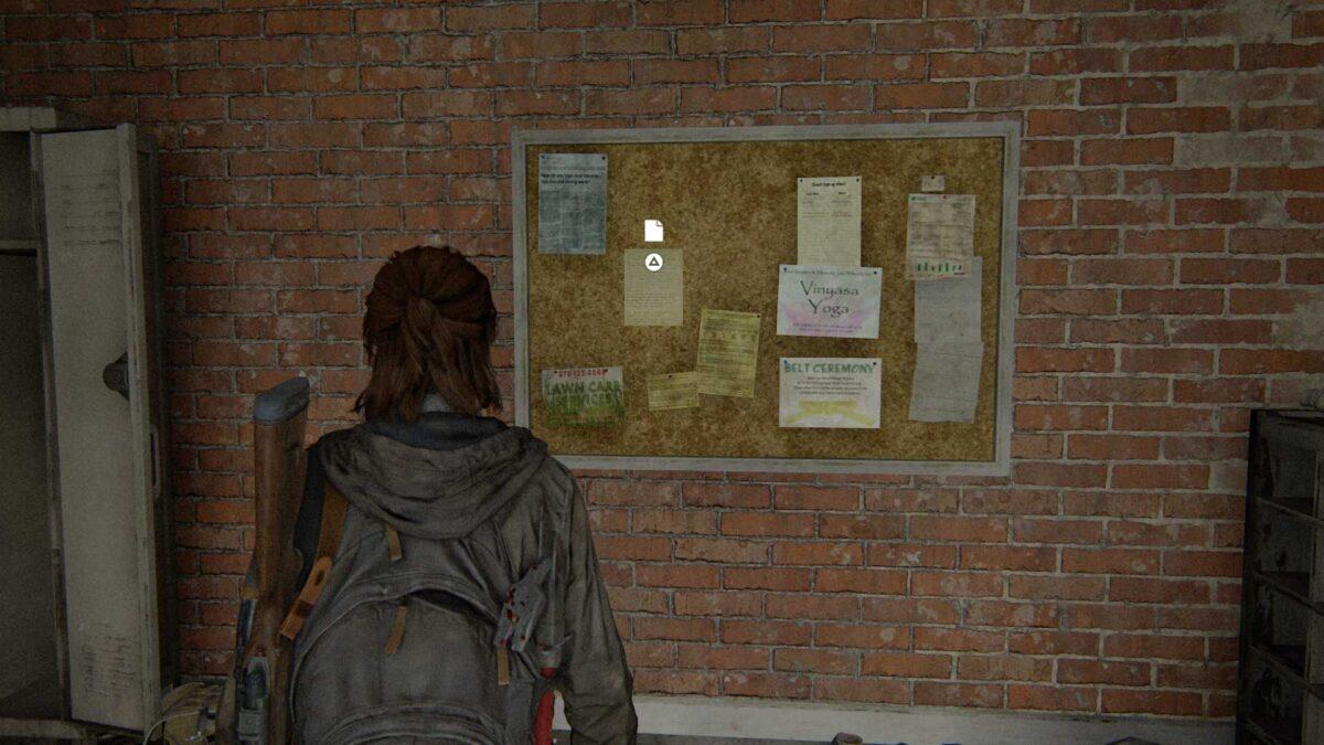 Ellie steht in The Last of Us Part 2 vor einer Pinnwand, die an einer Ziegelwand hängt.