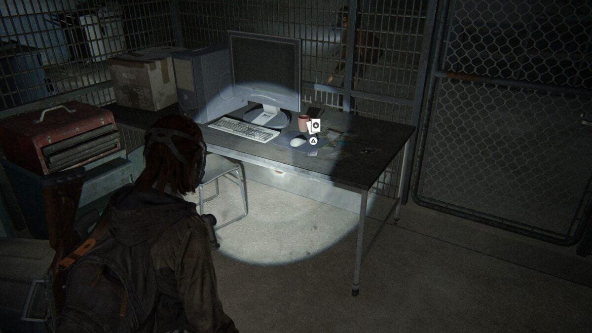 Ellie steht in The Last of Us Part 2 vor einem Schreibtisch auf dem einem Schreibtisch, auf dem eine Superhelden-Sammelkarte liegt.
