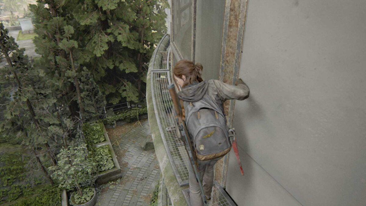 Ellie klettert die Hauswand des Senders Kanal 13 in The Last of Us Part 2 entlang.
