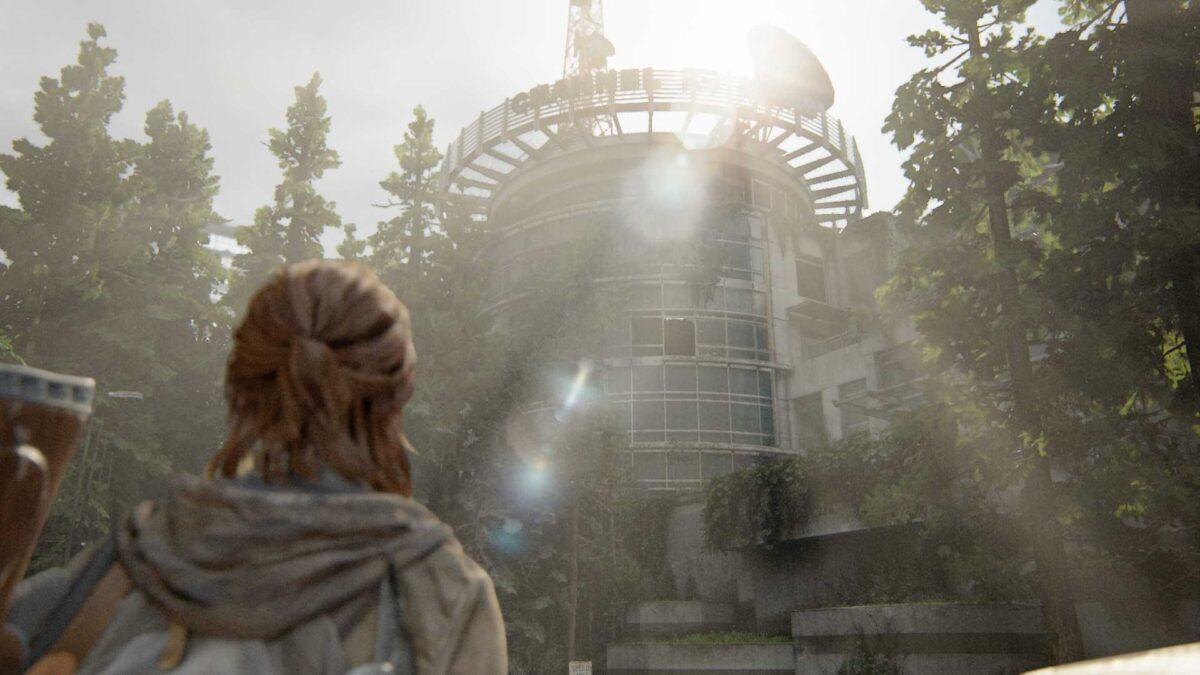 Ellie steht vor dem Sendegebäude von Kanal 13 in The Last of Us Part 2.