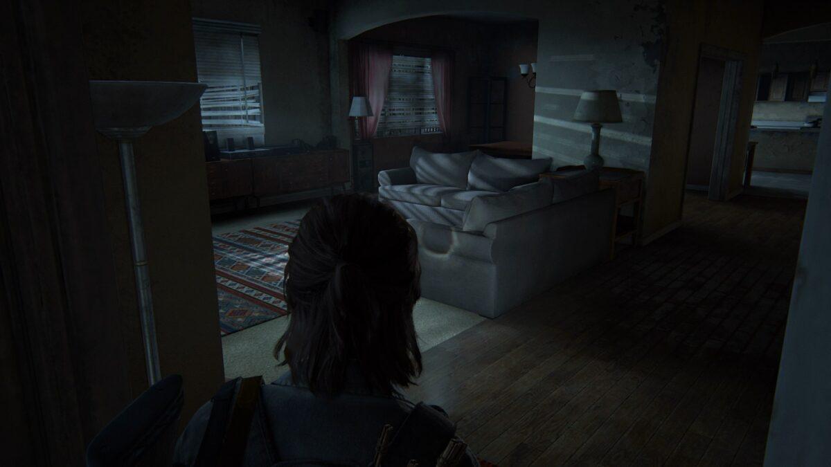 Ellie blickt in ein aufgeräumtes Apartment in The Last of Us Part 2.