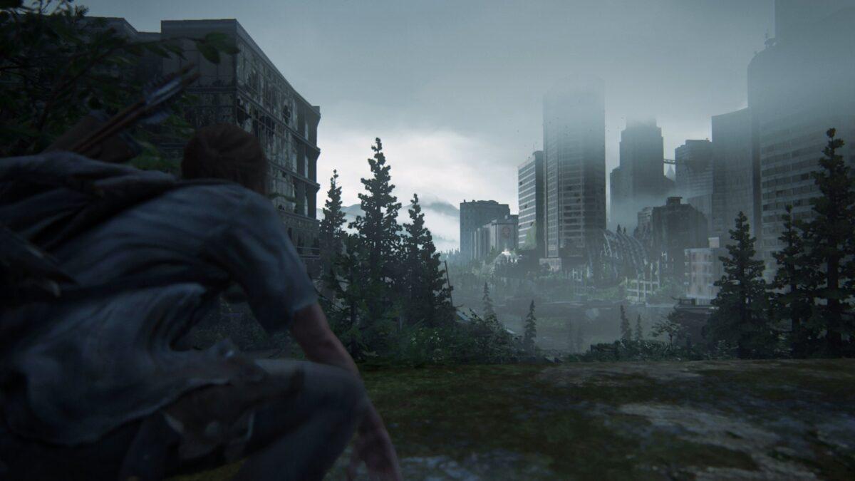 Ellie blickt auf die Hochhäuser in der Ferne in The Last of Us Part 2.
