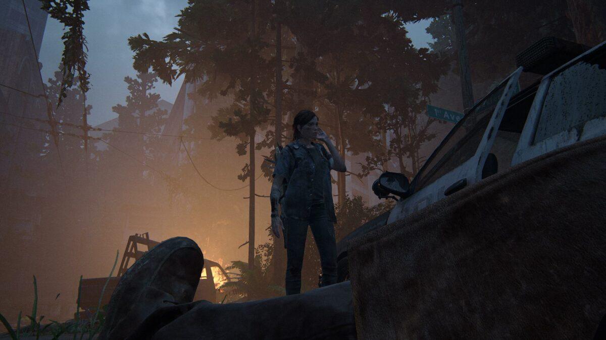 Ellie richtet sich die Haare nach einer Auseinandersetzung mit den Seraphiten in The Last of Us Part 2.