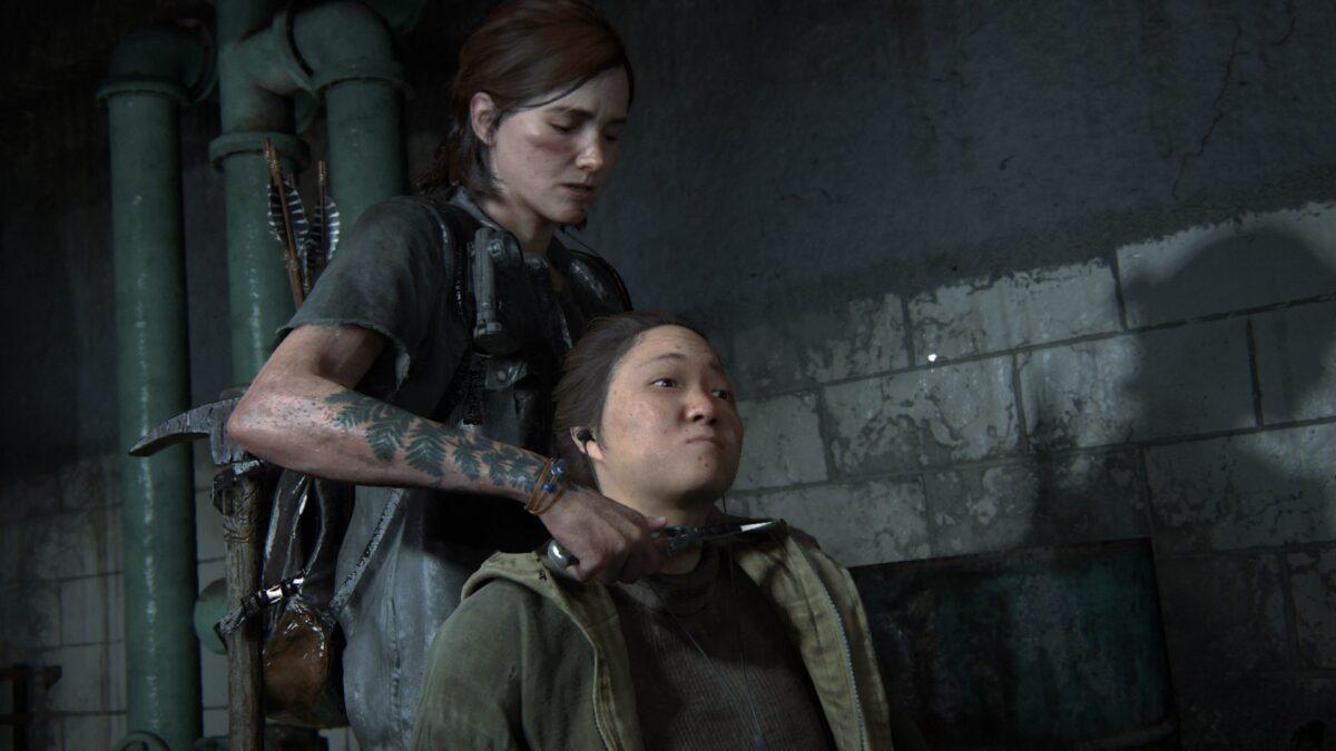 Ellie hält einer weiblichen WLF-Wache in The Last of Us Part 2 das Messer an die Kehle.