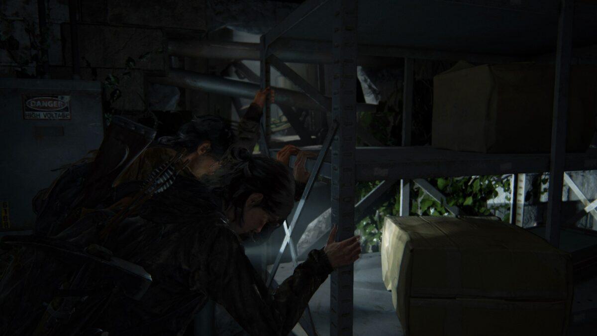 Ellie und Jesse versuchen in The Last of Us 2 gemeinsam ein Regal wegzuschieben.