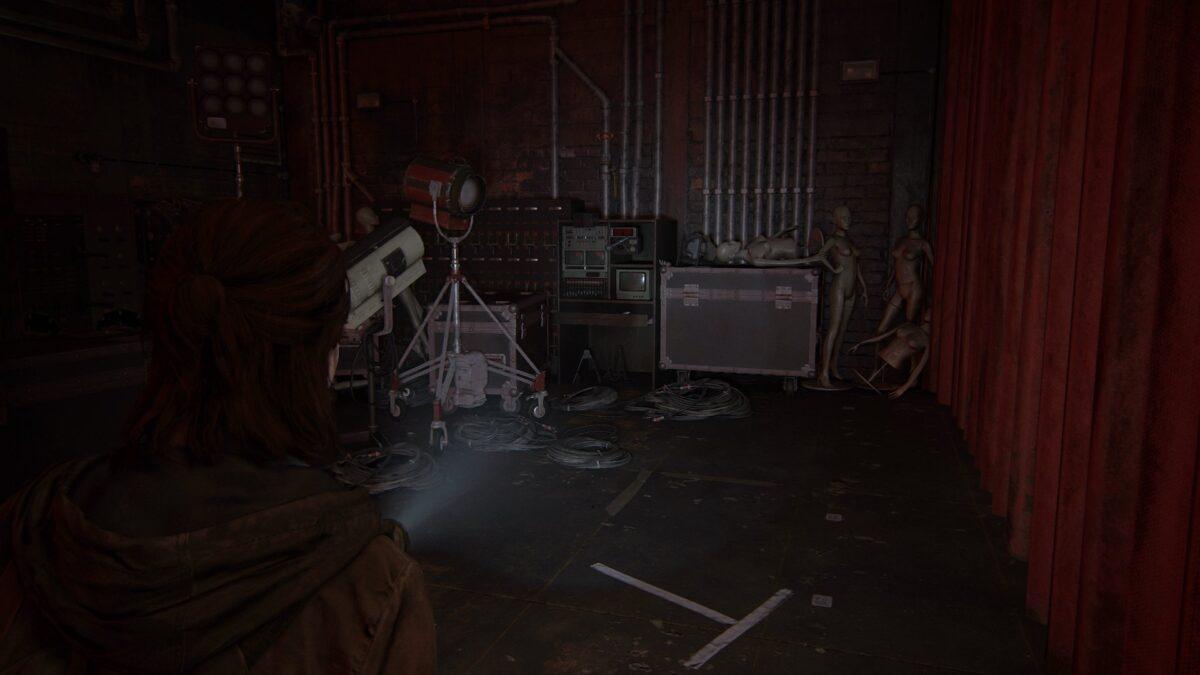 Ellie findet hinter dem Bühnenvorhang in The Last of Us 2 eine Sammelkarte.