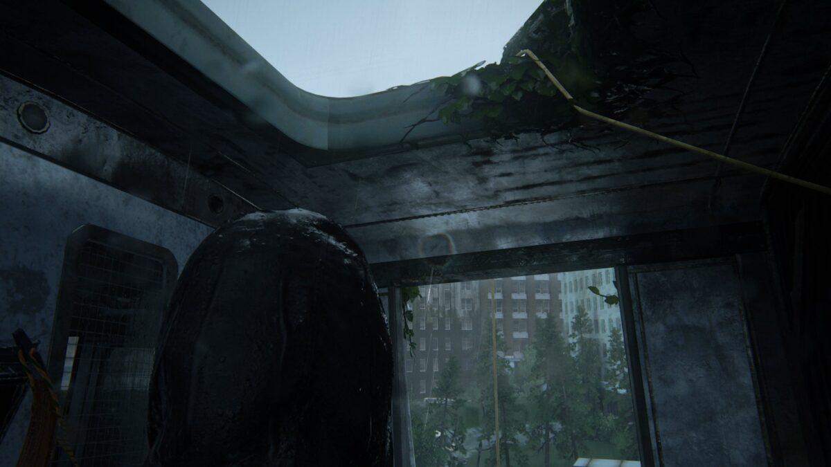 Ellie wirft in The Last of Us 2 ein Kabel durch die Dachluke eines Waggons.