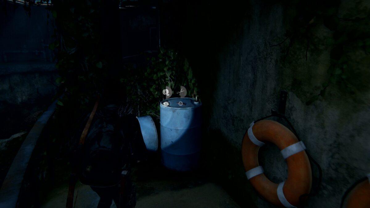 Ellie steht in The Last of Us 2 vor zwei blauen Fässern im Aquarium.
