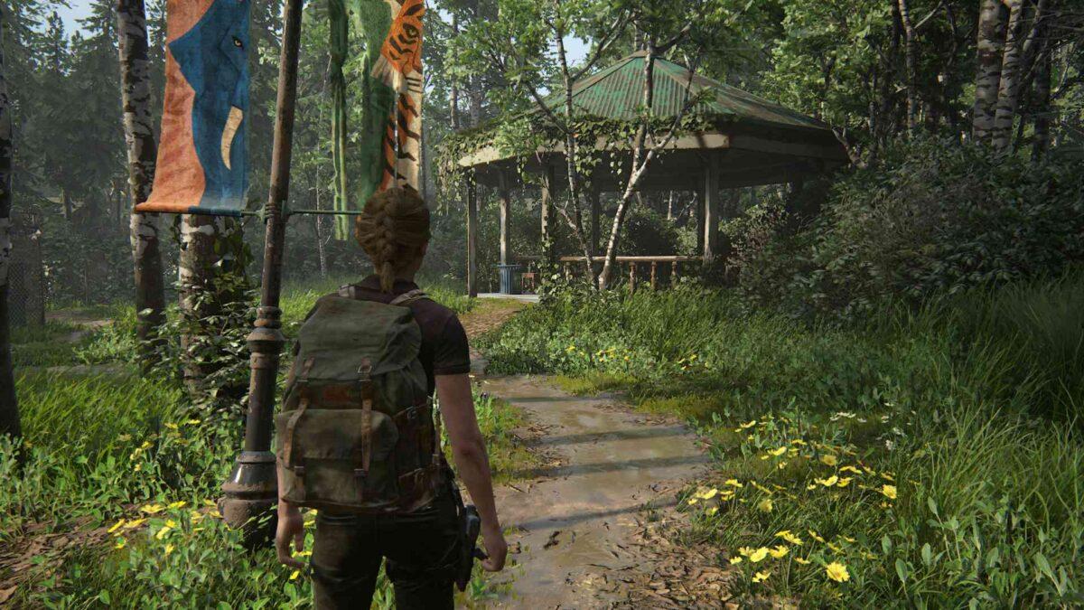 Abby steht in The Last of Us 2 vor einer Gartenlaube, in der ein Artefakt liegt.