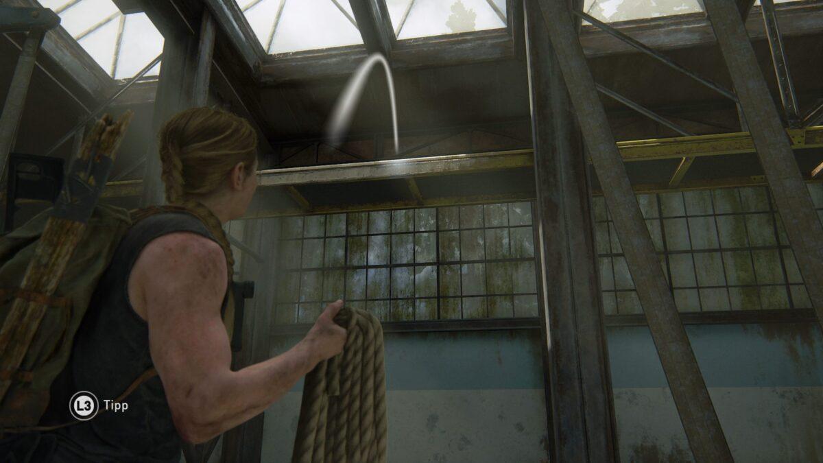 Abby wirft in The Last of Us 2 ein Seil über einen Balken.