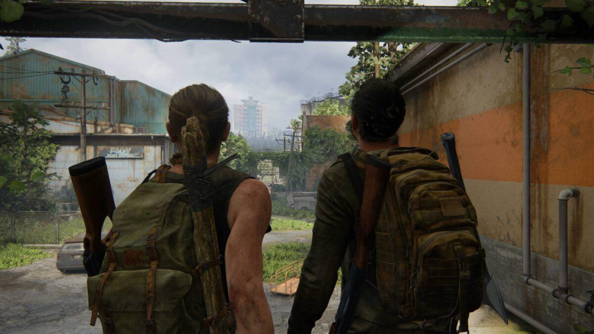 Abby und Manny blicken in The Last of Us 2 auf den Parkplatz hinter dem Baumarkt.