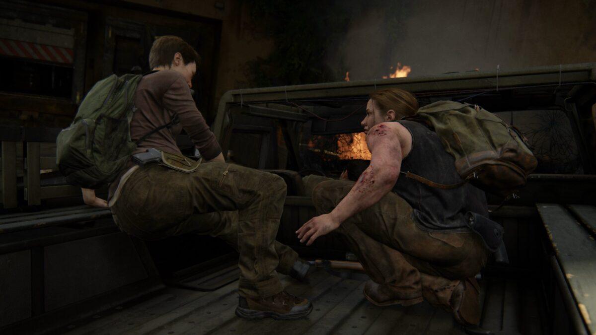 Abby und Mel sitzen in The Last of Us 2 auf der Ladefläche eines brennenden Trucks.
