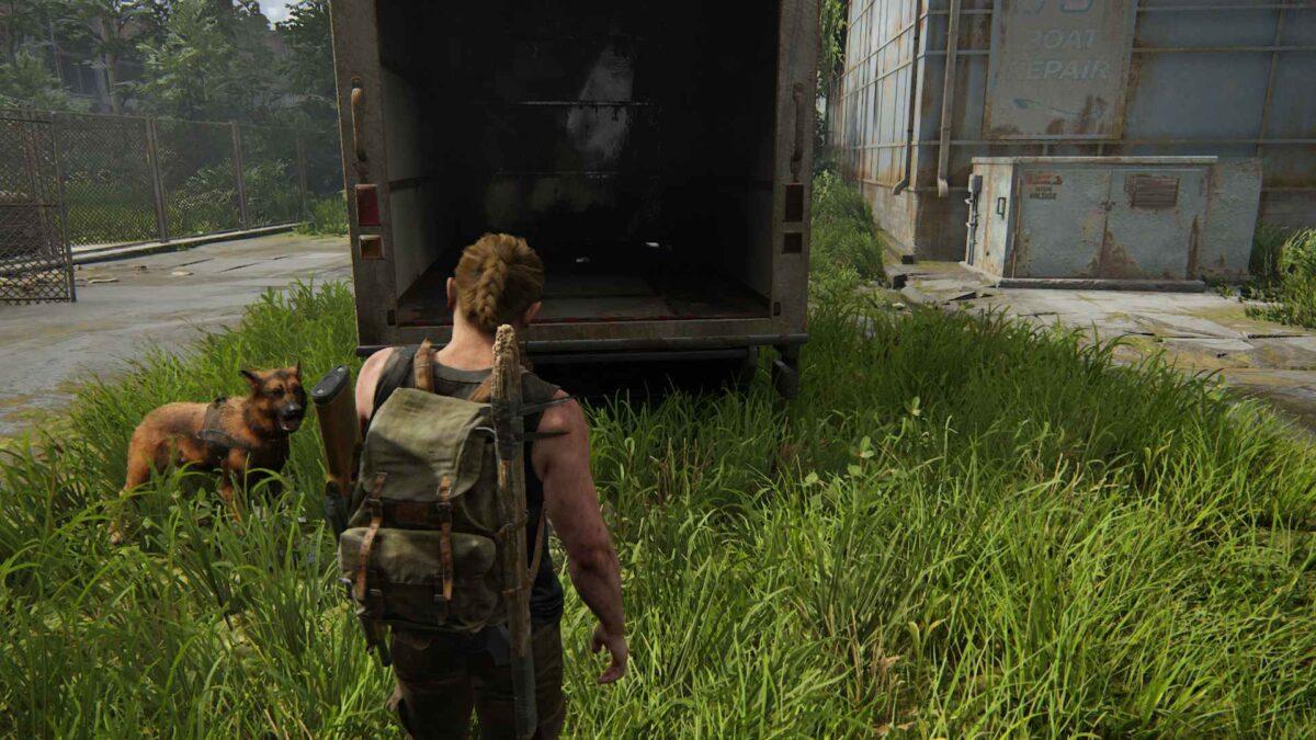 Abby steht in The Last of Us 2 vor einem offenen Lkw.