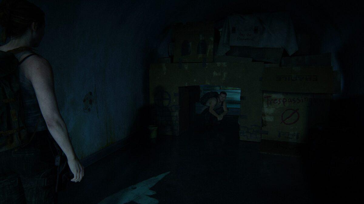 Owen kriecht in The Last of Us 2 in Max' Festung aus Karton.
