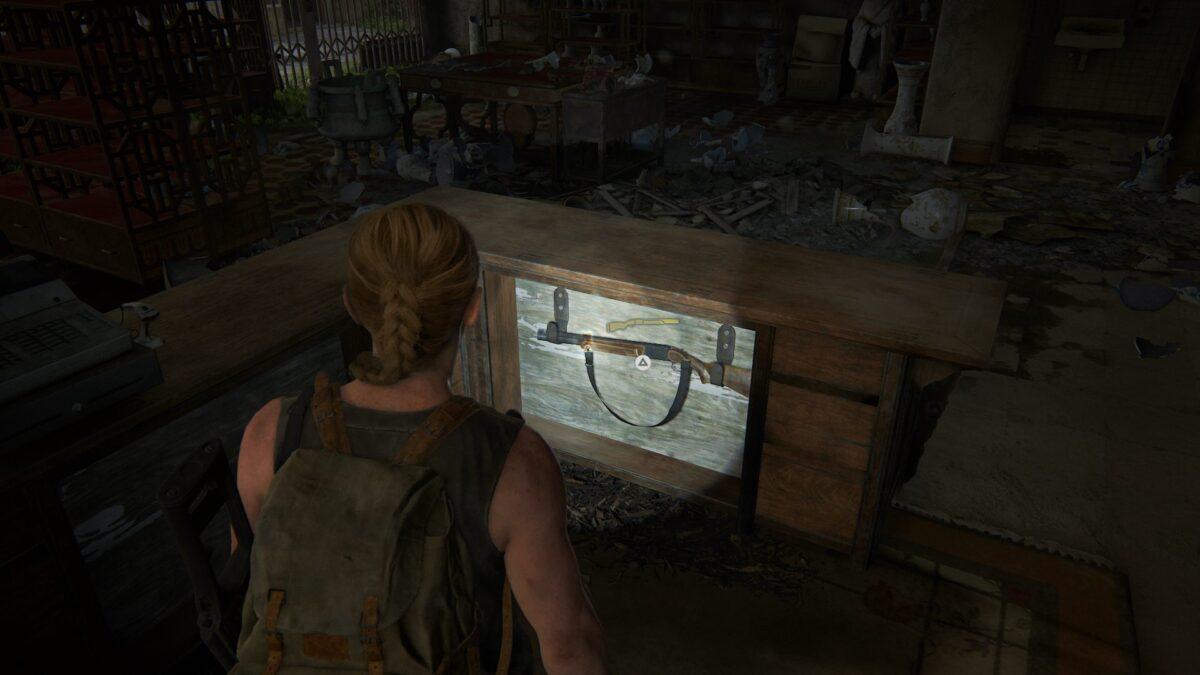 Abby steht vor der doppelläufigen Flinte in The Last of Us 2.