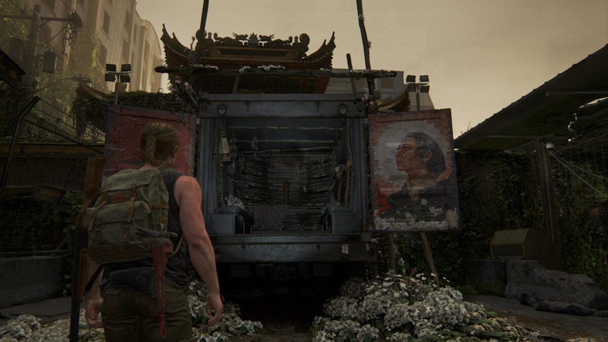 Abby steht in The Last of Us 2 vor einem in einen Truck gebauten Schrein.