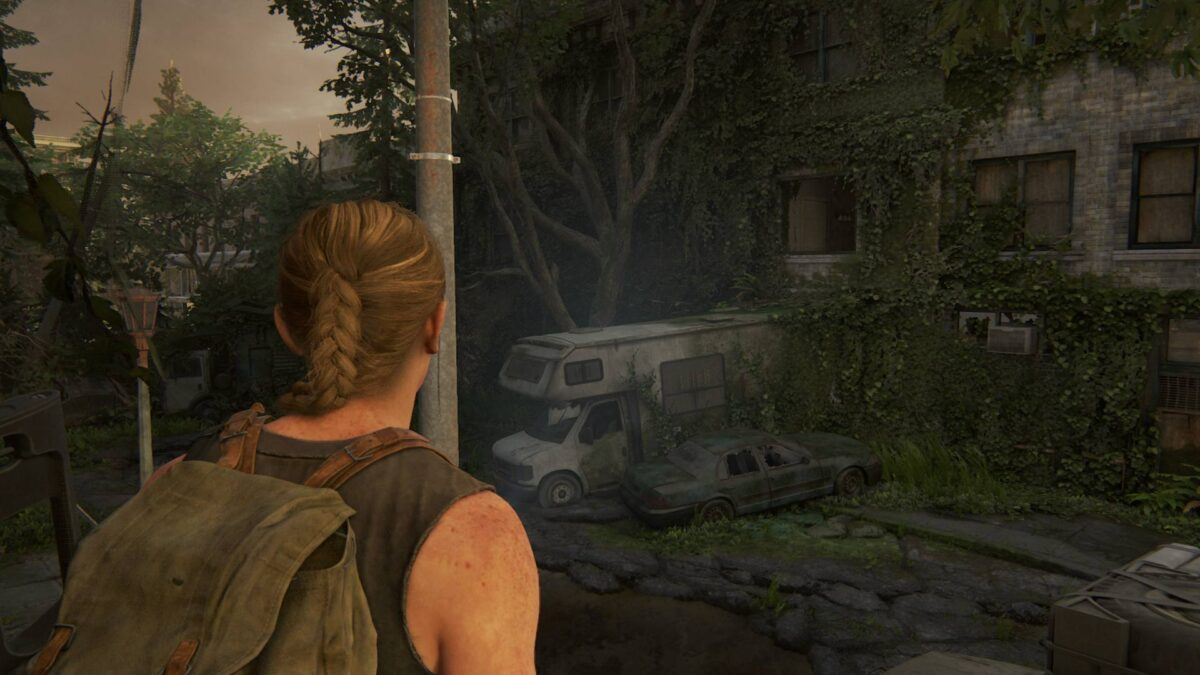 Abby sieht in The Last of Us 2 ein offenes Fenster über einem Wohnmobil.