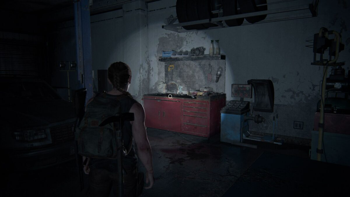 Abby findet in The Last of Us 2 eine Werkbank in einer Autowerkstatt.