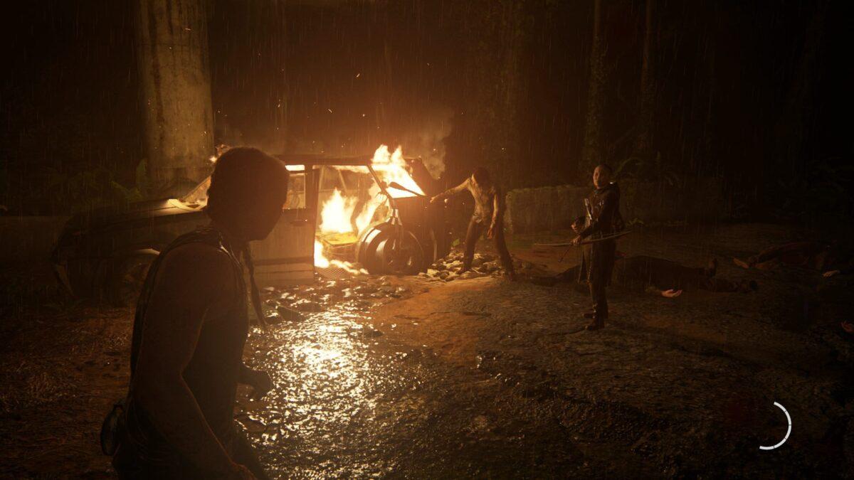 Abby, Lev und Yara stehen in The Last of Us 2 im Wald an einem brennenden Autowrack.