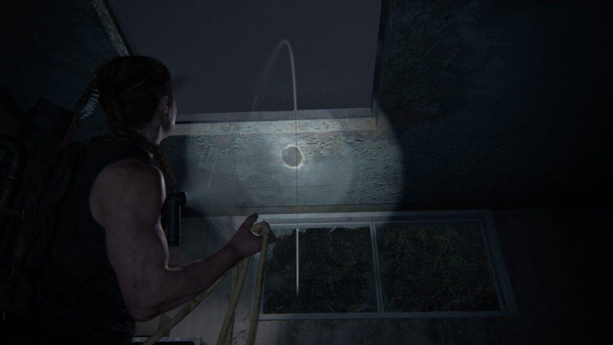 Abby wirft in The Last of Us 2 ein Kabel durch ein Dachfenster, um in das Aquarium zu gelangen.