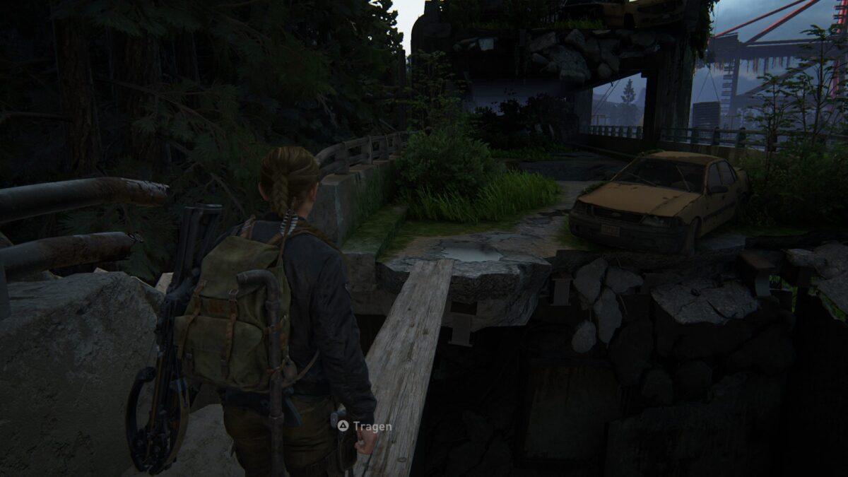 Abby überquert in The Last of Us eine Schlucht auf einer Planke.