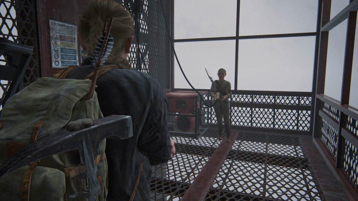 Abby und Lev fahren in The Last of Us 2 mit einem Lastenaufzug einen Wolkenkratzer hoch.